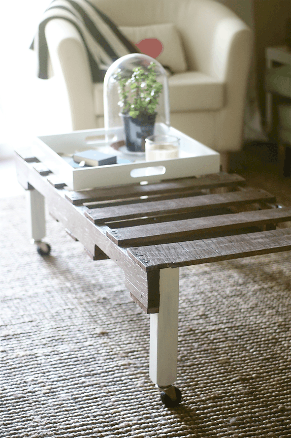 DIY pallet table by Sugar and Cloth