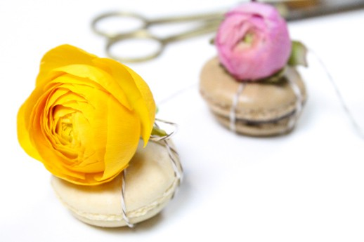 DIY flower topped macaron favors by Sugar & Cloth