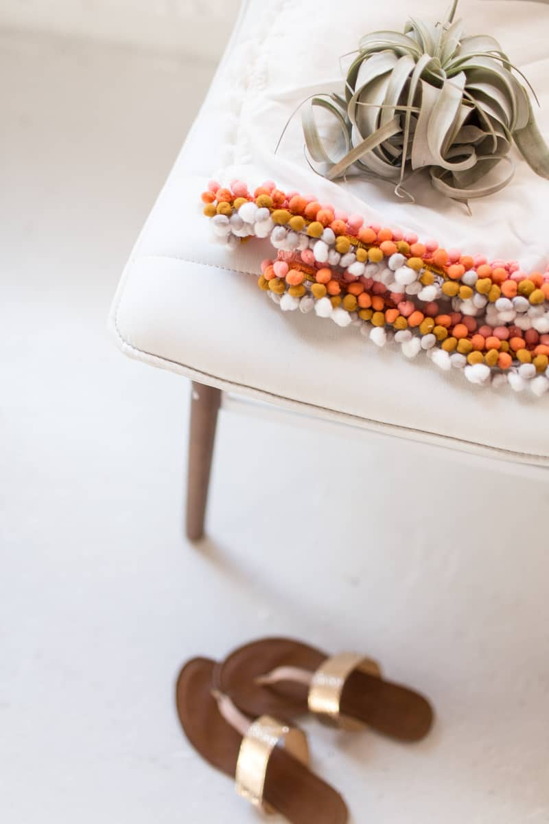DIY summer pom pom throw   sugarandcloth.com