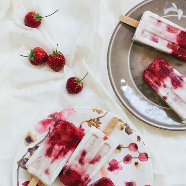 marbled strawberry coconut popsicle recipe | sugarandcloth.com