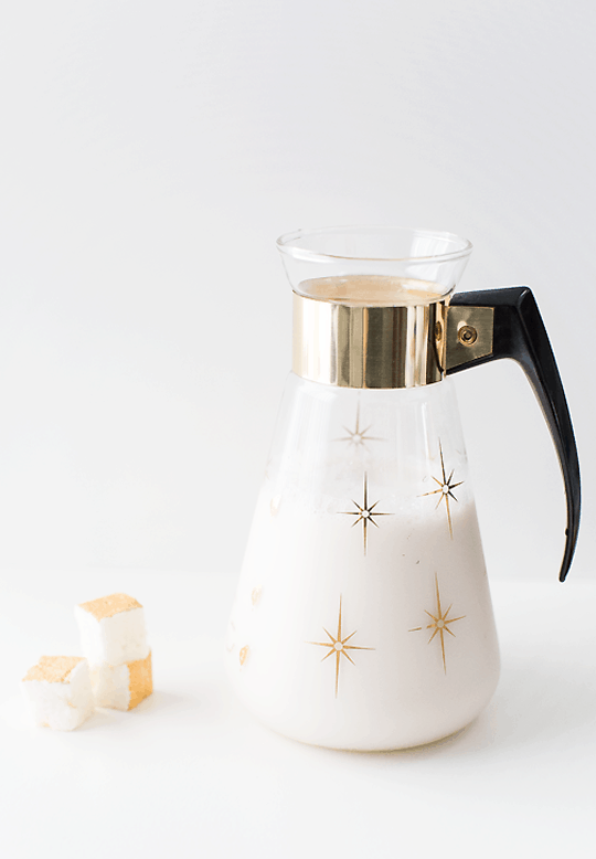 peppermint white hot chocolate recipe with champagne marshmallows | sugarandcloth.com