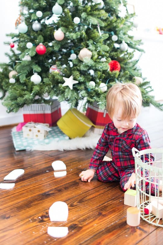 DIY santa footprints | sugarandcloth.com