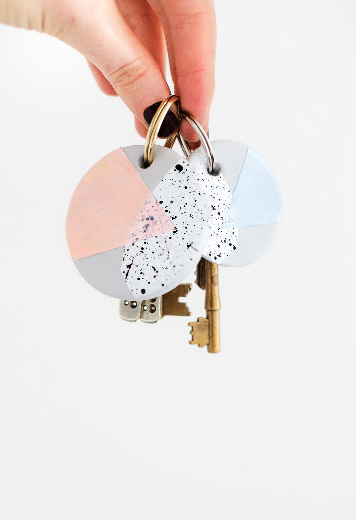 A DIY speckled polymer clay keychain to give your keys a colorful makeover! - sugar and cloth - houston blogger #accessories #polymerclay #diy #keys #keyring #keychain #speckled #gift