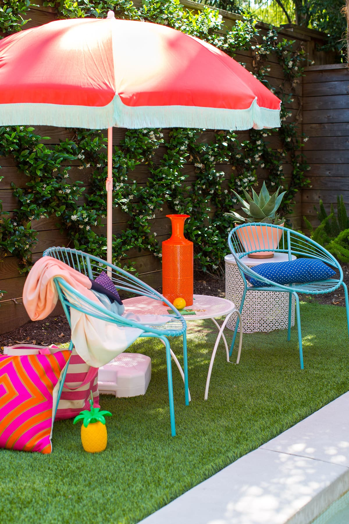 The cutest DIY retro beach umbrella for under $100 by Sugar and Cloth! - houston blogger - summer