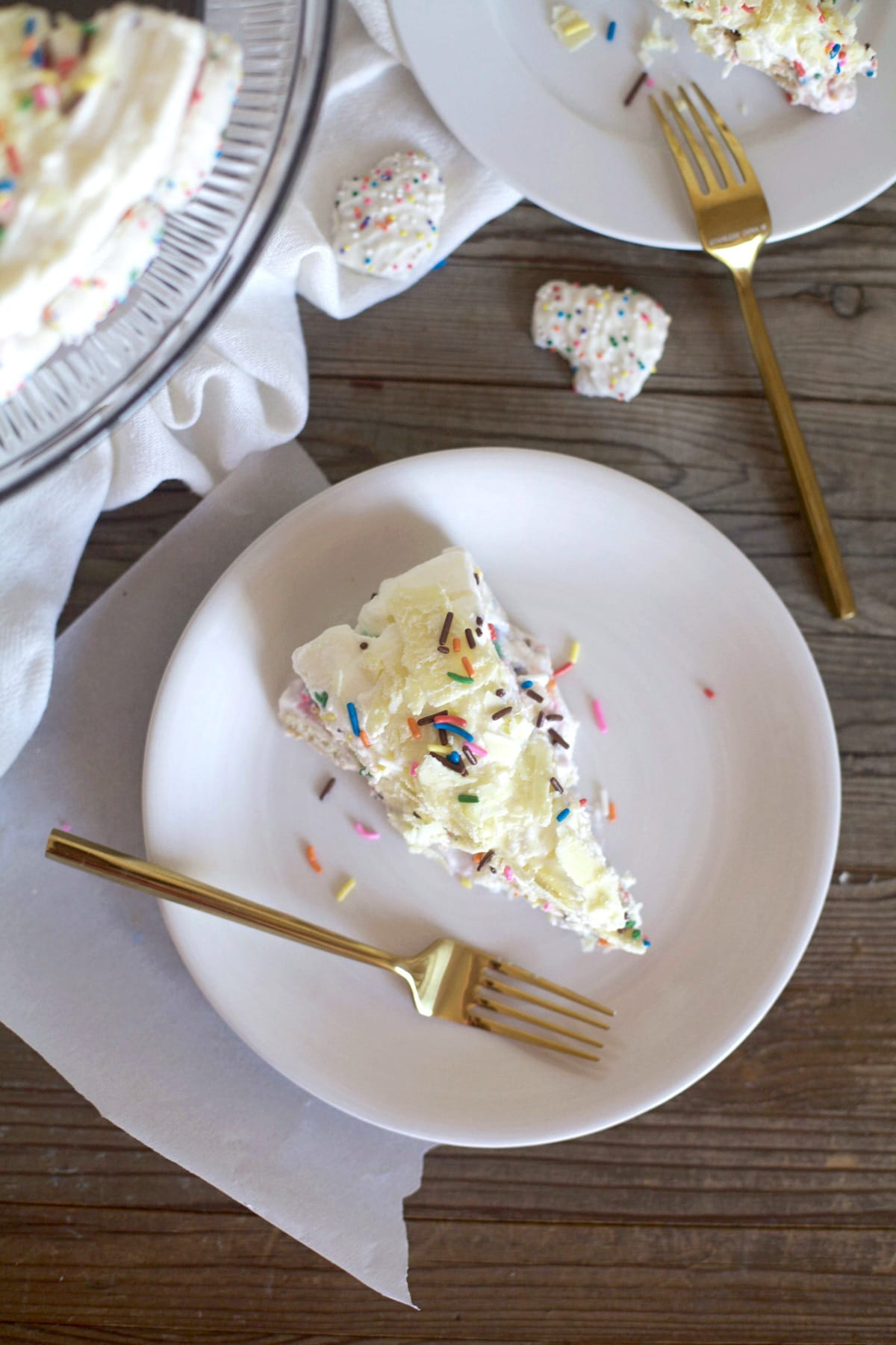 This frosted animal cracker ice box cake is just as tasty as it is pretty! - Sugar & Cloth - Recipe