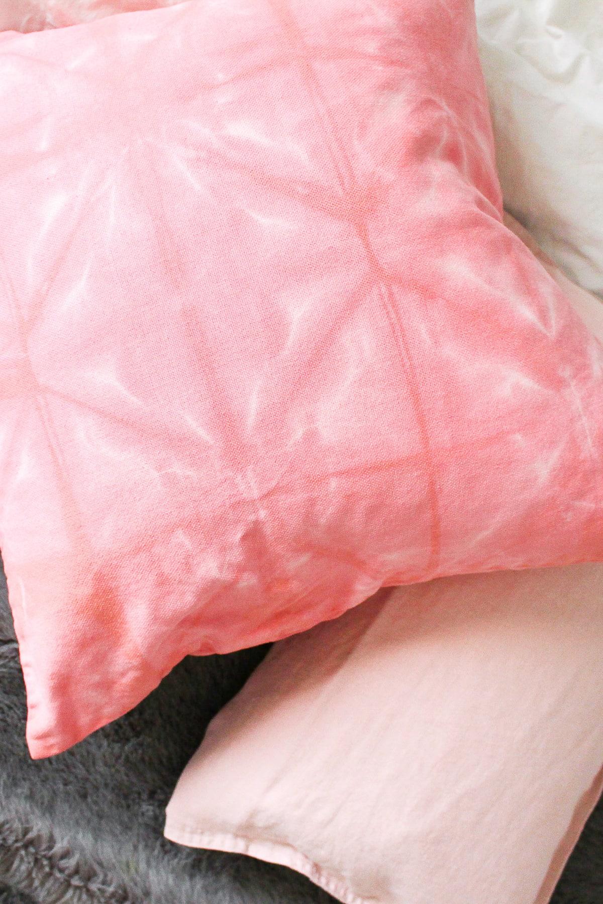 photo en gros plan du coussin rose bricolage Shibori par Sugar & Cloth, un blog de décoration et de bricolage primé.