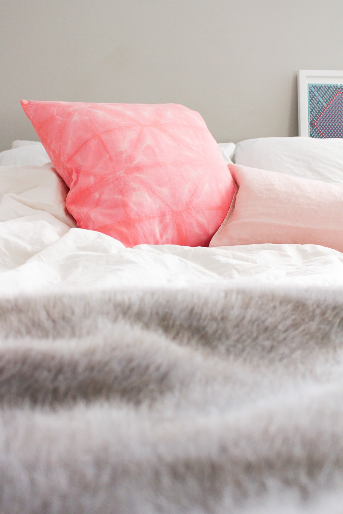 DIY Pink Shibori Throw Pillow par Sugar & Cloth, un blog de décoration et de bricolage primé.