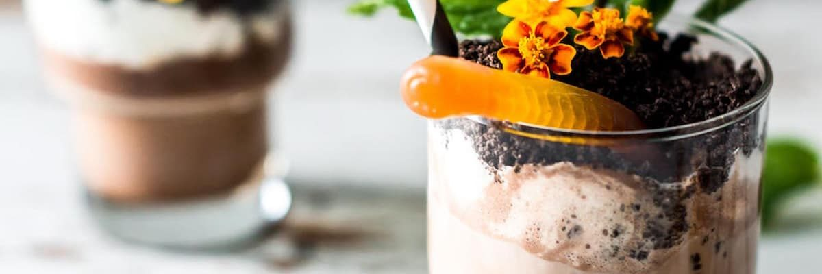 photo of two dirt cup cocktails as an easy dirt dessert recipe