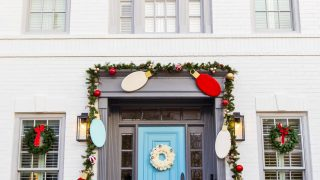 Outdoor Christmas Door Decorations: DIY Wood Lights Christmas Garland