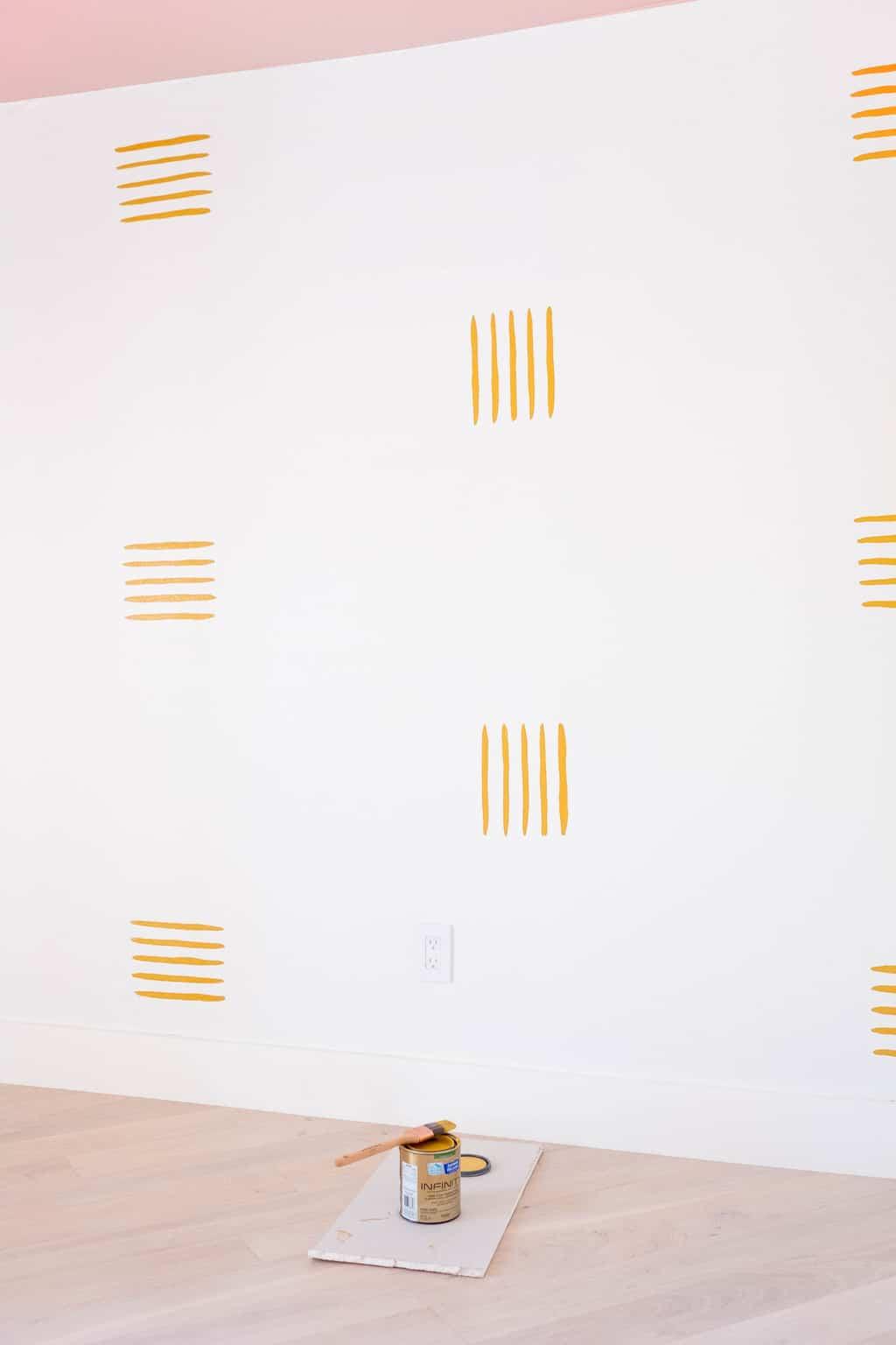 Vous voulez savoir comment peindre un mur d'accent qui est simple et emballe toujours une déclaration? Je partage le mode d'emploi de la rénovation de notre chambre d'amis et du mur de déclaration et c'est si facile à faire! par le blogueur de mode de vie de Houston Ashley Rose of Sugar & Cloth #design #interiors #decor #homedecor #makeover