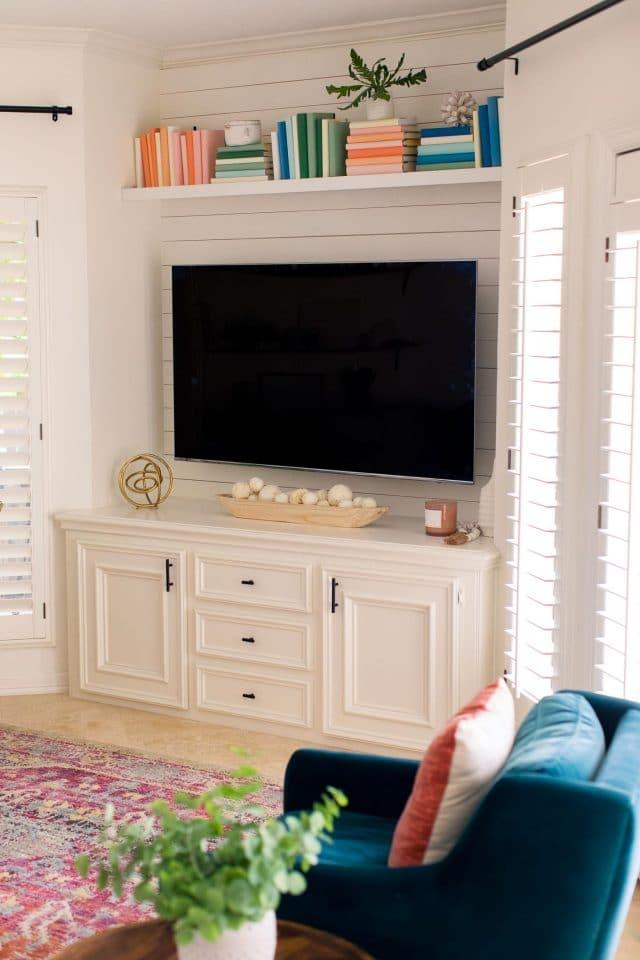 tv with bookshelf
