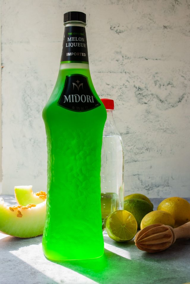 what's in a midori sour - a photo of midori liqueur, lime and soda