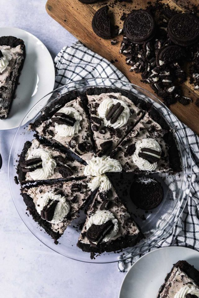 how to make an oreo pie - sliced oreo pie divided into 8 parts